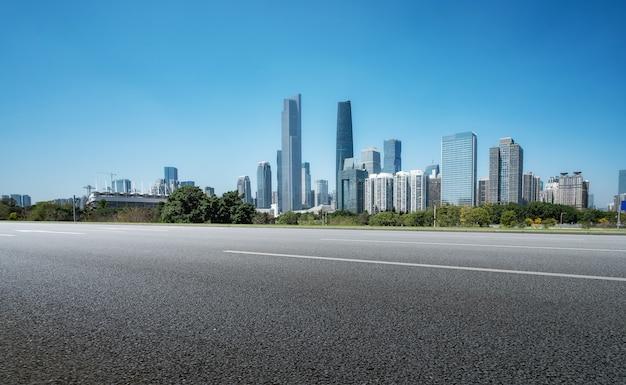 아스팔트 도로와 중국 도시의 현대 건축 풍경 스카이 라인