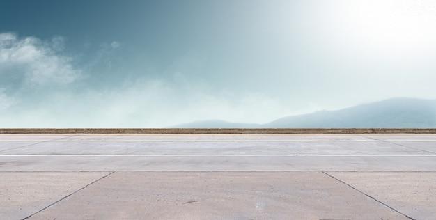 Асфальтовая дорога и фон неба Premium Фотографии