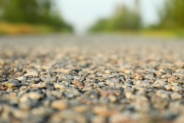 アスファルト道路、クローズアップ。夏の朝。旅行のコンセプト