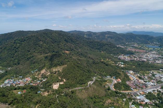 ドローンカメラによるタイのプーケットの高山でのアスファルト道路のカーブ高角度ビュー。