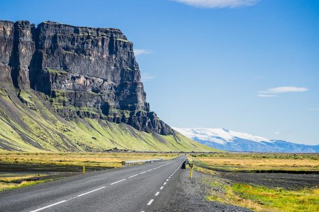 アイスランドのアスファルト道路