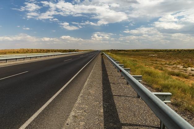 Асфальтированная дорога в степи казахстана