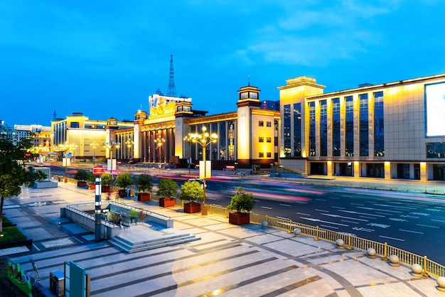 Асфальтовая дорога, ведущая в город ночью, провинция цзянси, китай