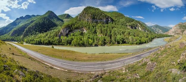 아스팔트 도로는 알타이 산맥의 chuiski 지역 강을 따라 협곡을 통과합니다.