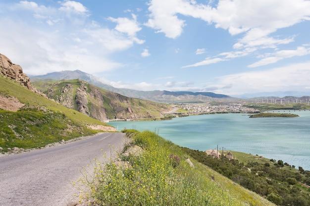 화창한 날에 푸른 언덕을 통과하는 아스팔트 도로