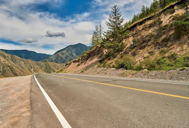 Асфальтированная дорога, проходящая через горы. алтай
