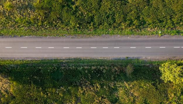 ドローン撮影の上からアスファルト道路のシームレスなテクスチャビュー