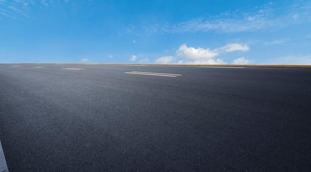 青空の下のアスファルト道路