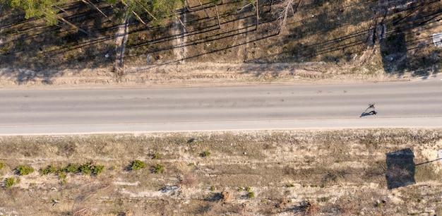 무인 항공기 촬영 위에서 아스팔트 도로보기