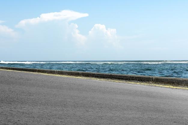 オーシャンビューと青空のアスファルト道路