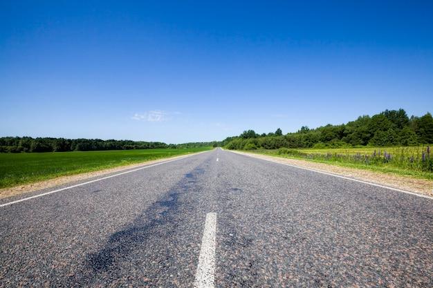 Асфальтированная дорога с двумя полосами движения для движения