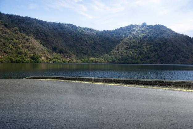 渓谷の景色と青い空のアスファルト道路