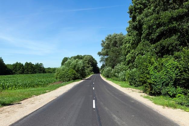 자동차의 흐름을 나누는 흰색 선이있는 아스팔트 도로