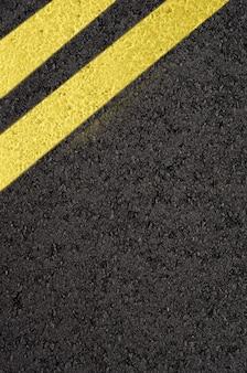 黄色のマーキングラインのあるアスファルト道路