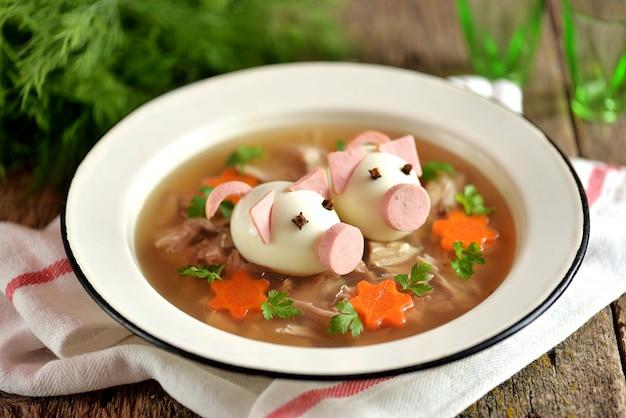 アスピックと肉のポークゼリーは、かわいい豚の形のゆで卵で飾られたお祭りの伝統的なロシア料理です。