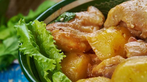 Ассамское карри из утки, кухня юго-восточной азии традиционные блюда-ассорти, вид сверху.