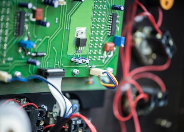 2つのインダクタンスコイル、いくつかのボード、スイッチ、抵抗器を備えた鉄骨フレームの金属ケース内の電気リレーの組み立て回路