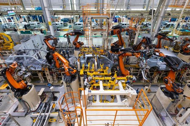 로봇 자동화 작업으로 용접하는 자동차 공장의 조립 라인