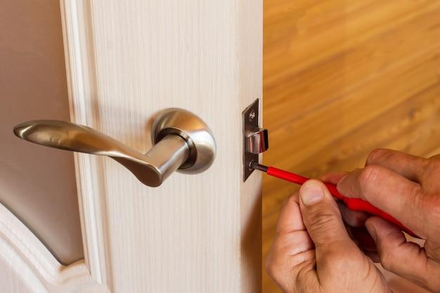 内部ドア用のハンドルとラッチ付きのロックの組み立て。