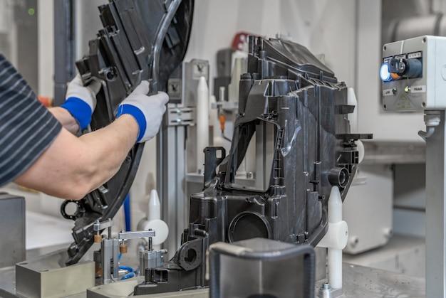 工場の生産ラインでのプラスチック金型の組み立て