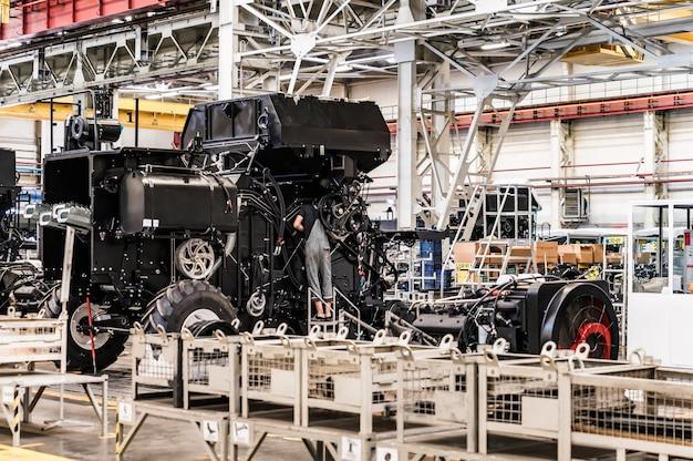 Сборочный цех на крупном промышленном предприятии по производству тракторов и комбайнов