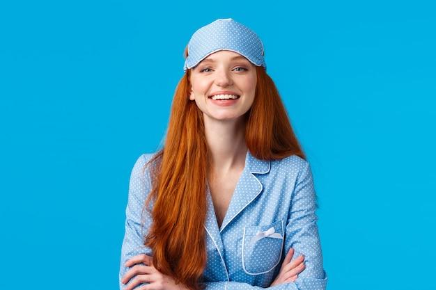 断定的で自信に満ちた見栄えの良い楽観的な赤毛の女の子はすぐに寝る