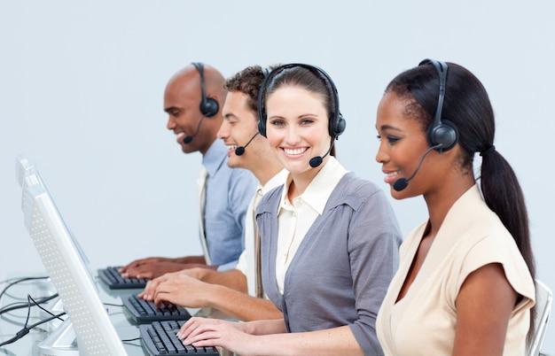 コールセンター内の積極的な顧客サービス担当者