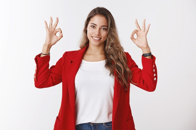 強引なスキルフル自信のある若い女性は、すべてが大丈夫だと完全に確信している幸運を感じています。