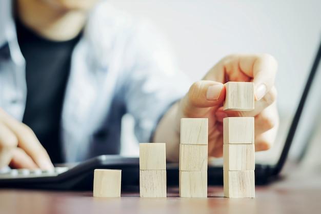 Оценка и планирование бизнеса для достижения максимального роста с имитацией деревянных блоков