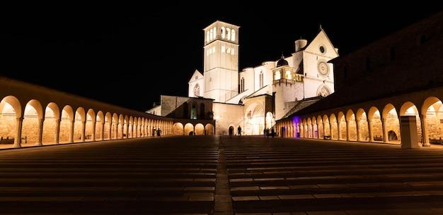 밤에 assisi basilica, umbria 지역, 이탈리아. 이 도시는 성 프란체스코에게 헌정된 가장 중요한 이탈리아 대성당으로 유명합니다.