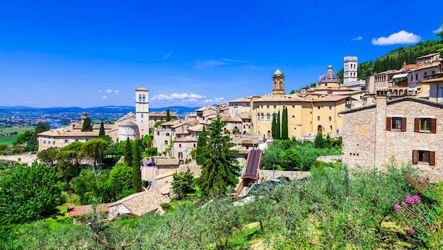イタリア、ウンブリア州の中世の歴史的な町アッシジ