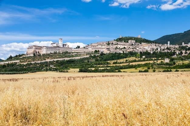 이탈리아 움브리아 지방의 아시시 마을. 이 도시는 성 프란체스코에게 헌정된 가장 중요한 이탈리아 대성당으로 유명합니다.