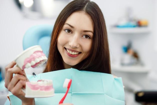 보조 치과 의사와 클리닉의 환자.