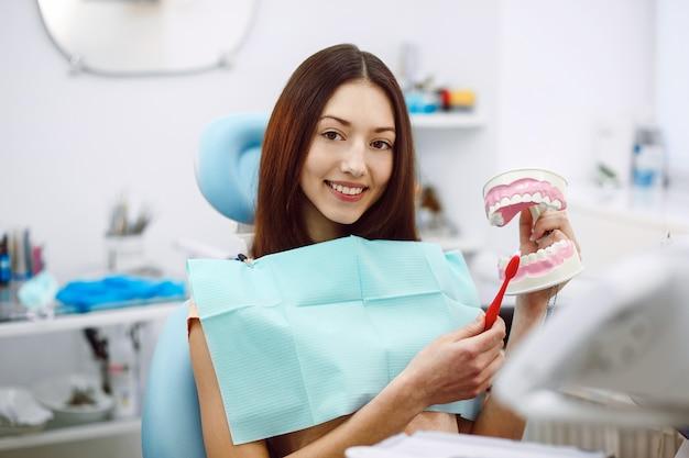 アシスタント歯科医とクリニックの患者。