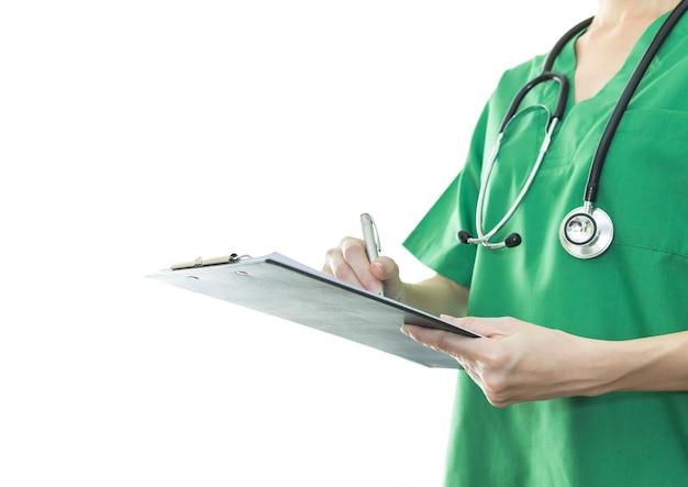 病院でクリップボードに書き込むアシスタント医師。