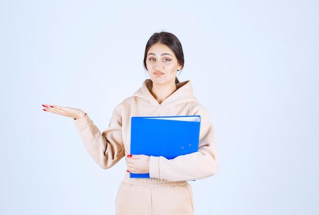 Assistente con una lista di controllo che punta a qualcuno a sinistra