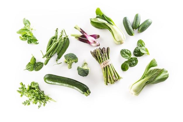 白い背景で隔離の新鮮な緑の野菜のアソシエーション。