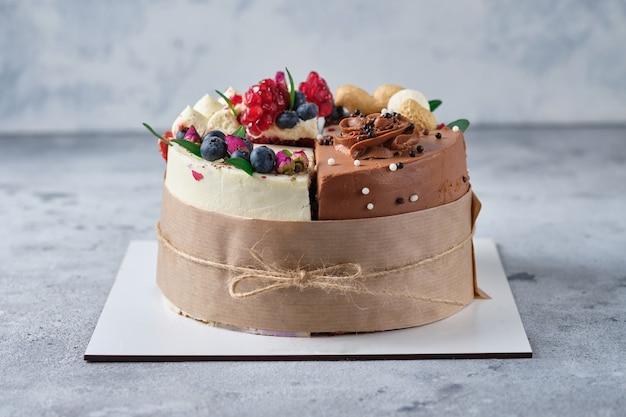 4種類のケーキの盛り合わせ1箱のデザートに4種類のケーキを入れて試食または休日に