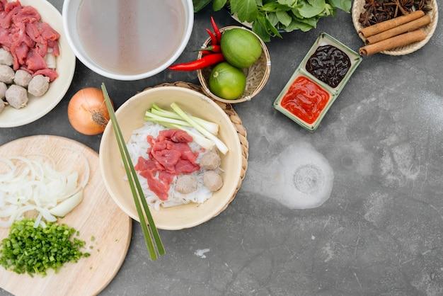 ベトナムのヌードルスープフォーボーとアジアンディナーの盛り合わせ、