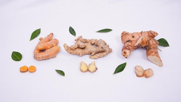 흰색 배경에 격리된 여러 아시아 향신료가 매력적으로 배열되어 있습니다.