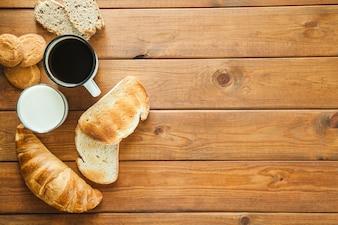 Assortiti panini al forno con caffè