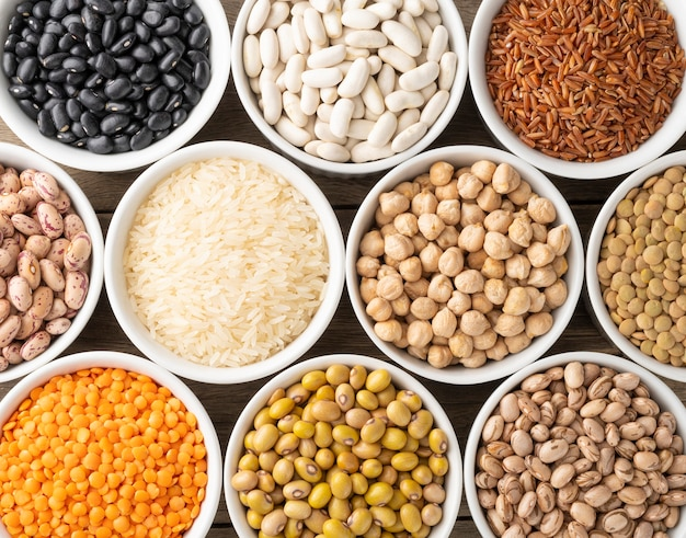 白いボウルに豆と穀物の盛り合わせ。