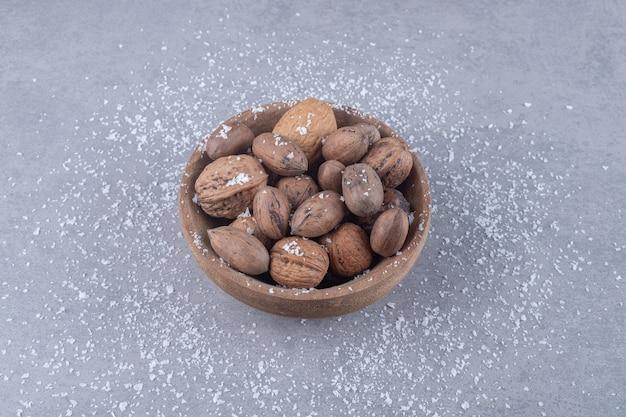 대리석 표면에 견과류 모듬 된 그릇