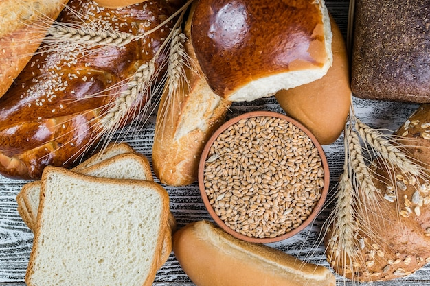 오래 된 나무 보드에 모듬 된 빵과 밀 귀
