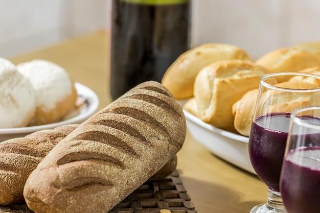 テーブルの上の盛り合わせパン
