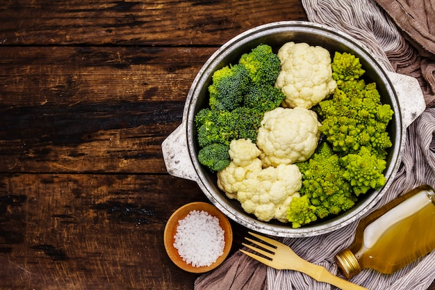 모듬 브로콜리, romanesco 및 콜리 플라워. 건강 식품을위한 신선한 익은 성분. 빈티지 나무 배경, 평면도