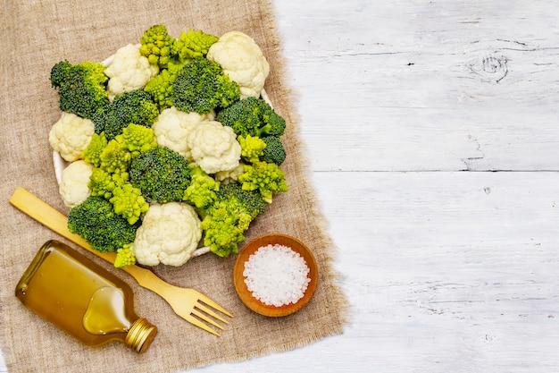 모듬 브로콜리, romanesco 및 콜리 플라워. 건강 식품을위한 신선한 익은 성분. 흰색 나무 보드 배경, 평면도