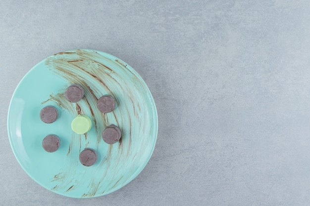 大理石の背景のプレート上の各種キャンディー。高品質の写真