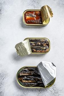 缶詰のイワシ、イワシの燻製、サバの盛り合わせ。
