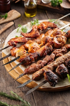 Ассорти из кавказского шашлыка на шпажках и кебабах